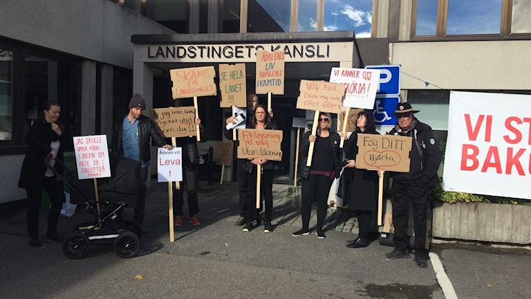 Några personer demonstrerade idag utanför landstingets kansli i Härnösand. Foto Ulla Öhman