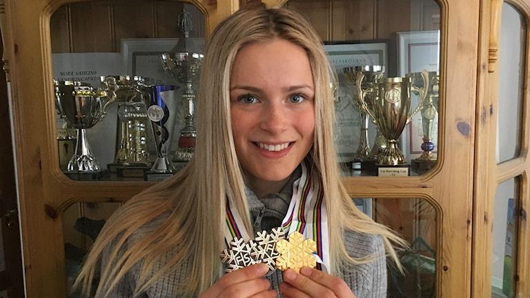 Frida Karlsson från Sollefteå tof tre medlajer i JVM i längdskidåkning.