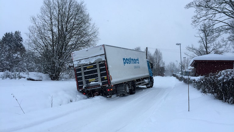 A Postal truck in a ditch due to snowy weather. Photo: Ann-Charlotte Carlsson/Sveriges Radio