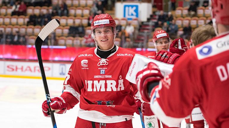 Anton Wedin firar matchvinnandemålet med lagkamraterna i Timrå IK