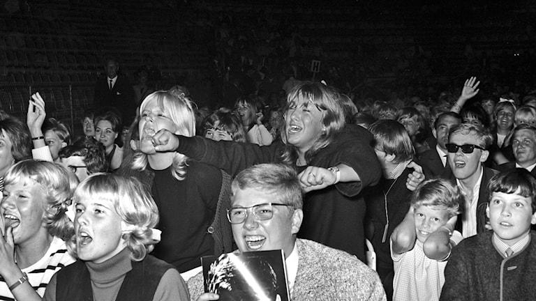Tonåringar på 60-talet som jublar och skriker,