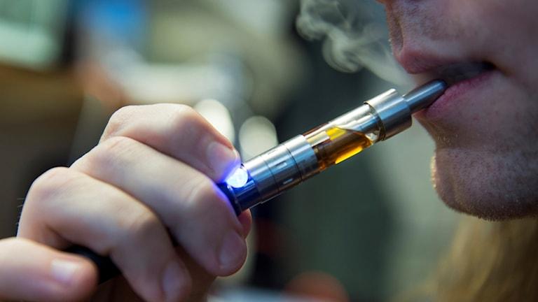 En man röker en e-cigarett. Foto: Erik Nylander/TT