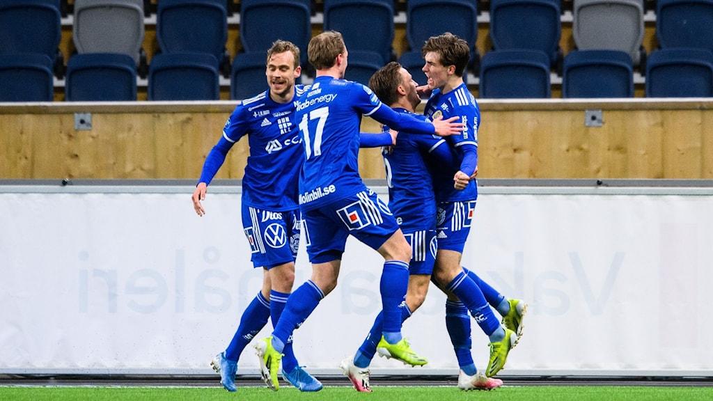 Sundsvalls Johan Bengtsson jublar med lagkamrater efter 2-2 under fotbollsmatchen i Superettan mellan GIF Sundsvall och Helsingborg den 13 april 2021 i Uppsala.