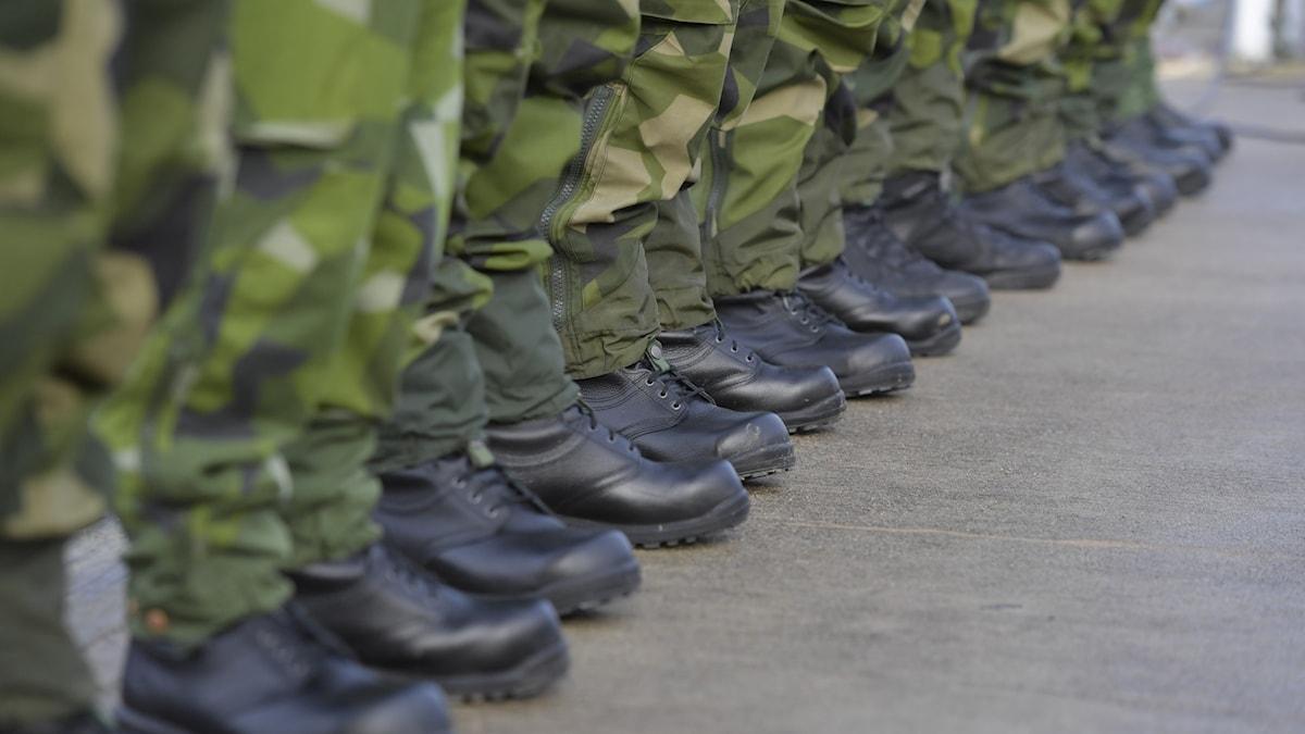 En rad med soldatben och skor.