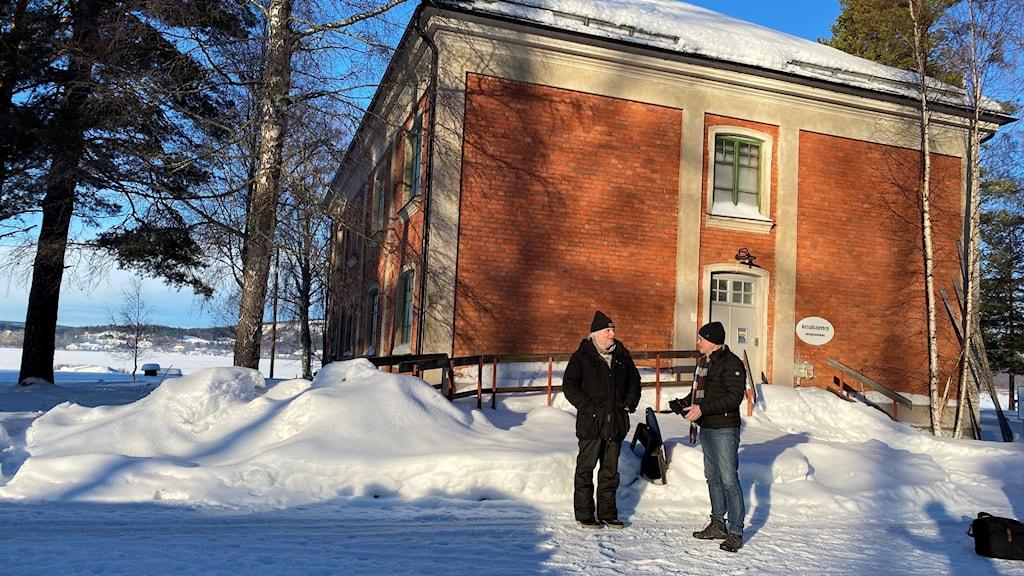 Peter Söderlund och Anders Bergqvist står framför Kaserngården i Sandslån.