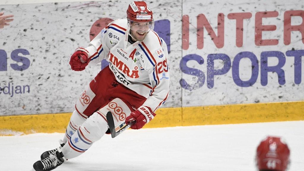 Hockeyspelare i vita och röda kläder
