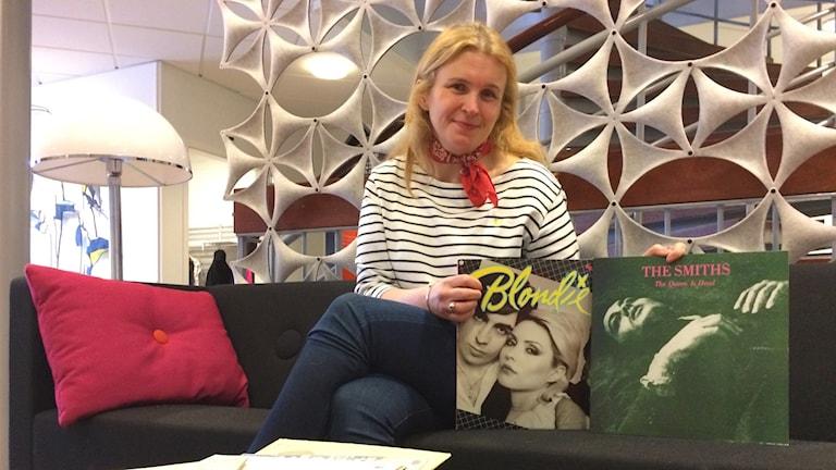 Eva Mårtensson med några av hennes kära skivor.