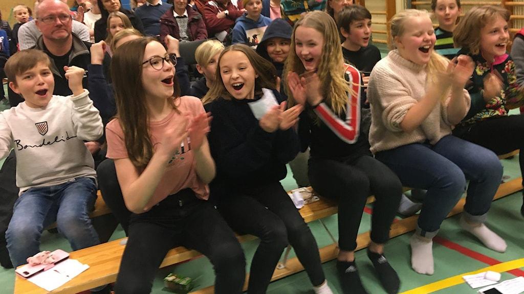 Publiken är pepp och applåderar, hojtar och höjer armarna under tävlingen. Foto: Ulla Öhman/Sveriges Radio