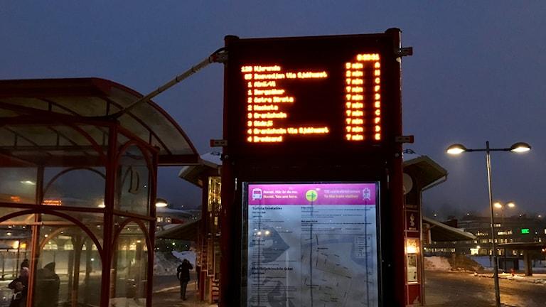 De digitala skyltarna vid Navet i Sundsvall som visar busstiderna.