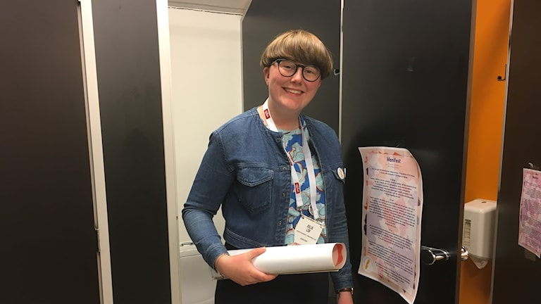 Kvinna med ihoprullat papper