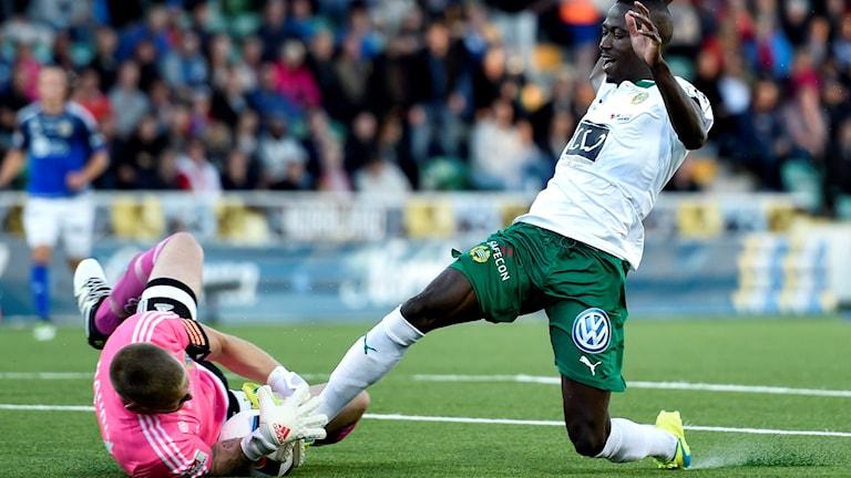 Hammarbys Pa Dibba går tufft in mot Sundsvalls målvakt Tommy Naurin.