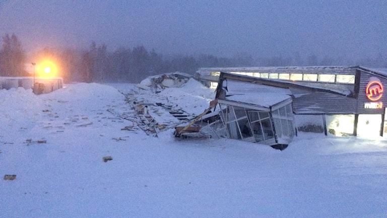 En hel sektion av en bilhall har rasat av snötyngden. Foto: Alexander Arvidsson/Sveriges Radio