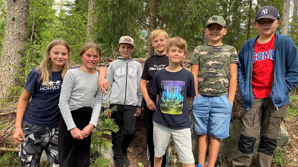 Bild på några av barnen som är på sommarlovsveckorna på Indals hembygdsgård.