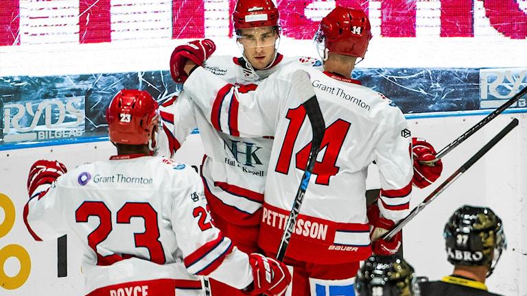 Elias Pettersson klappas om efter sitt 1-3-mål i matchen AIK - Timrå på Hovet.