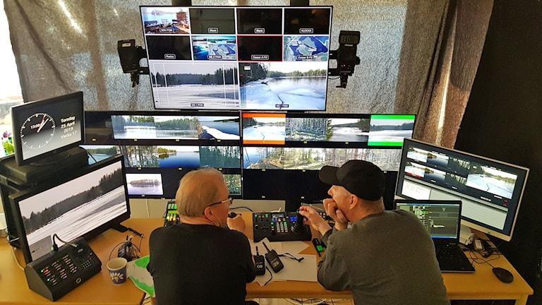 Två bildproducenter sitter vid väldigt många tv- och datorskärmar.