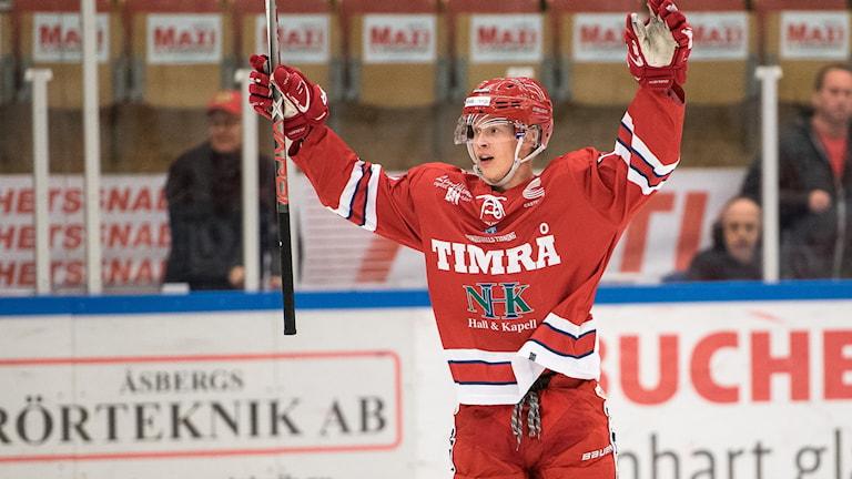 Elias Pettersson, Timrå IK, jublar efter ett av sina mål i hockeyallsvenskan. Foto: Pär Olert/Bildbyrån