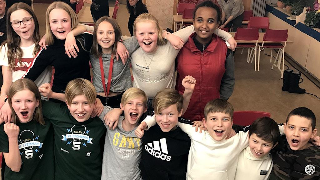Klass 5A jublar efter att man vunnit andra semifinalen i Vi i femman 2020. Foto: Anton Kårén/Sveriges Radio