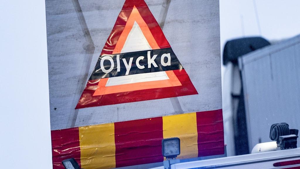 Skylt som varnar för olycka på en av räddningstjänstens bilar vid en krock. (Arkivbild)