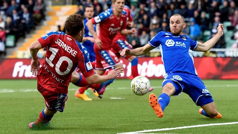 IFK Göteborgs Tobias Hysen gör 0-3 och Sundsvalls Marcus Danielsson kan inget göra under fotbollsmatchen i Allsvenskan. Foto: Nils Jakobsson/Bildbyrån
