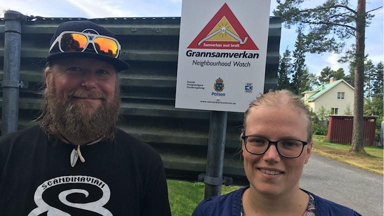Jonas Lundkvist och Hanna Bylund är kontaktpersoner för grannsamverkan i sitt bostadsområde.