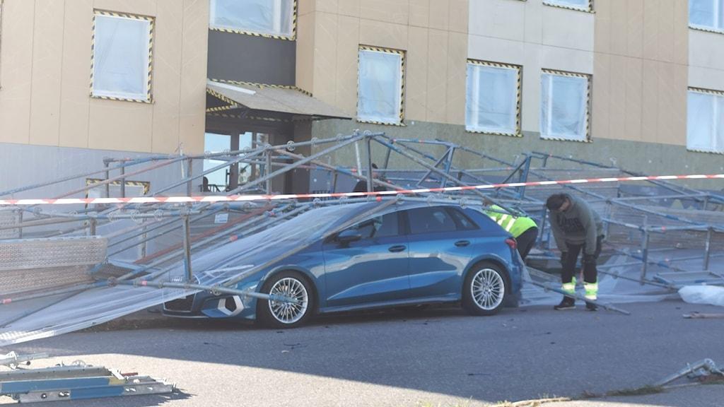 Byggställning ha rasat över en bil