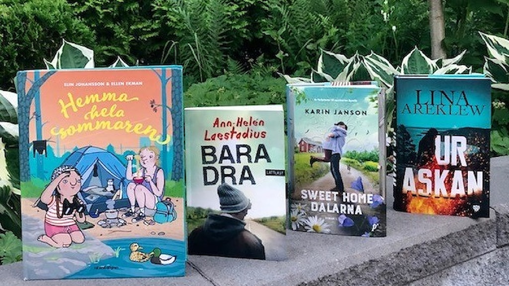 """De fyra böckerna """"Hemma hela sommaren"""", """"Bara dra"""", """"Sweet home Dalarna"""" och """"Ur askan"""" står uppradade på en stenmur med grönska i bakgrunden. Foto: Agneta Norrgård"""