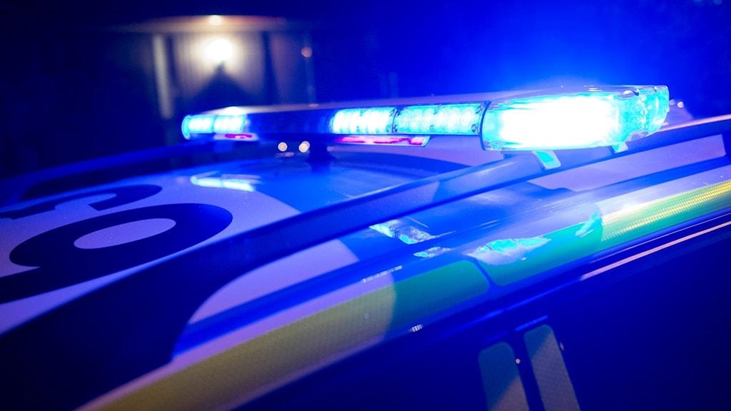 Blåljus tända på taket på en polisbil. Foto: Johan Nilsson/TT