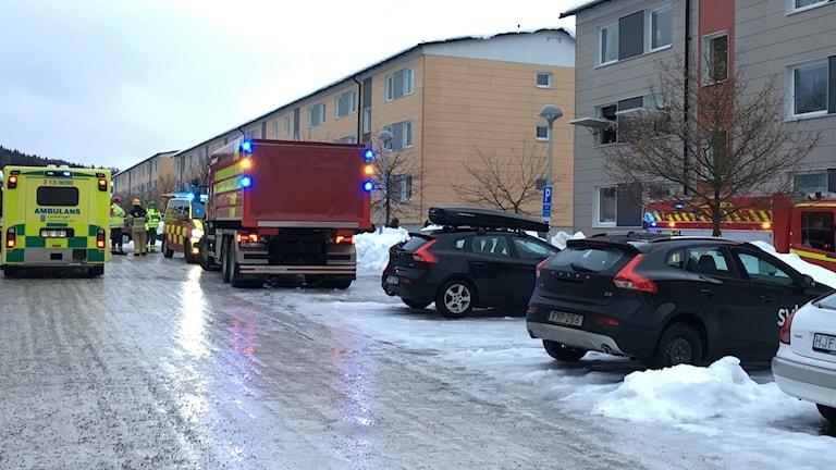 Brandbilar och ambulans utanför flerfamiljhus på Vikingavägen i Sundsvall.