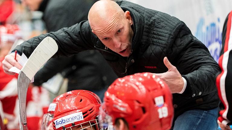 Timrås tränare Fredrik Andersson under en ishockeymatchen.