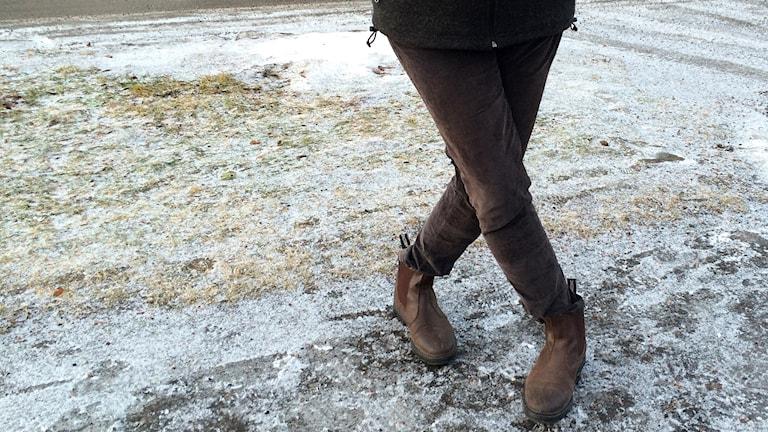 En kissnödig kvinna står med benen i kors. Foto: Ann-Charlotte Carlsson/Sveriges Radio