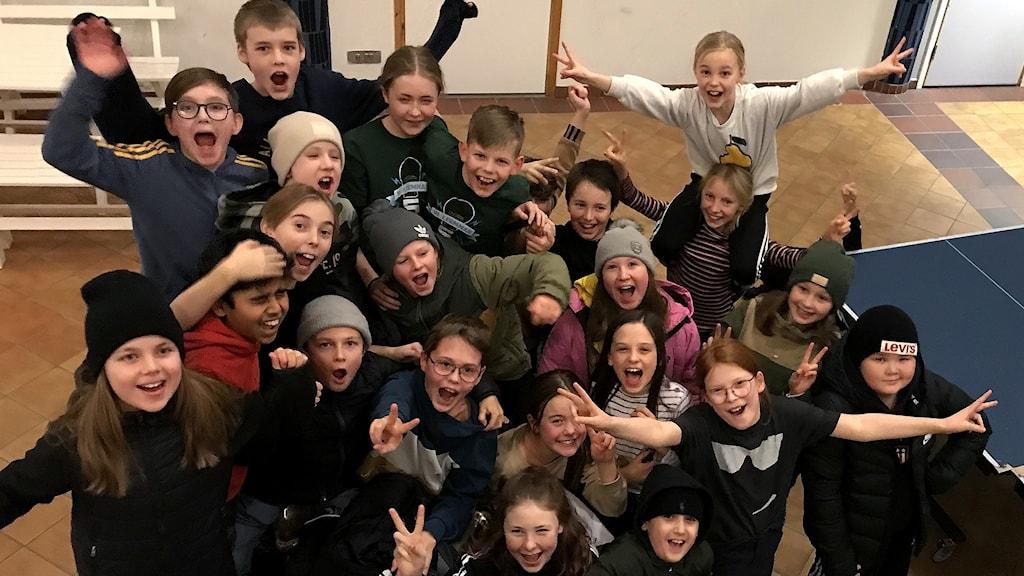 Klass Andromeda jublar och gör segertecken över att man vann första semifinalen i Vi i femman i Västernorrland. Foto: Anton Kårén/Sveriges Radio