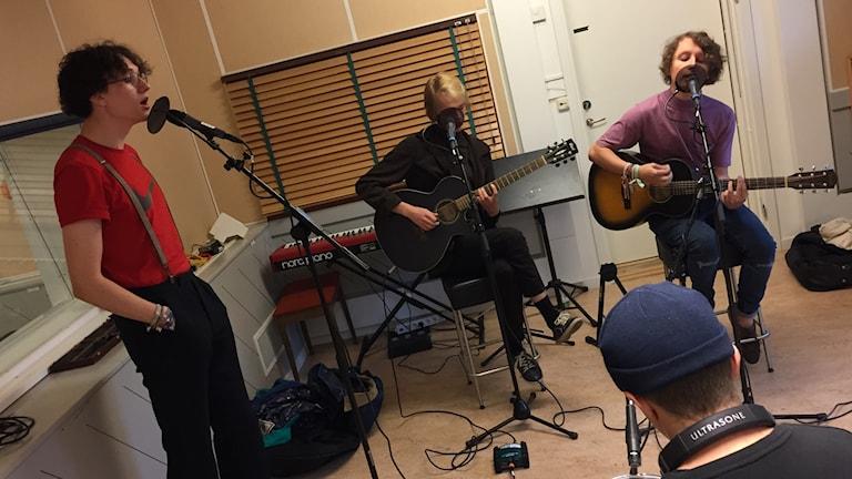 Tribe Friday spelar i studion. Foto: Karin Lönnå/Sveriges Radio