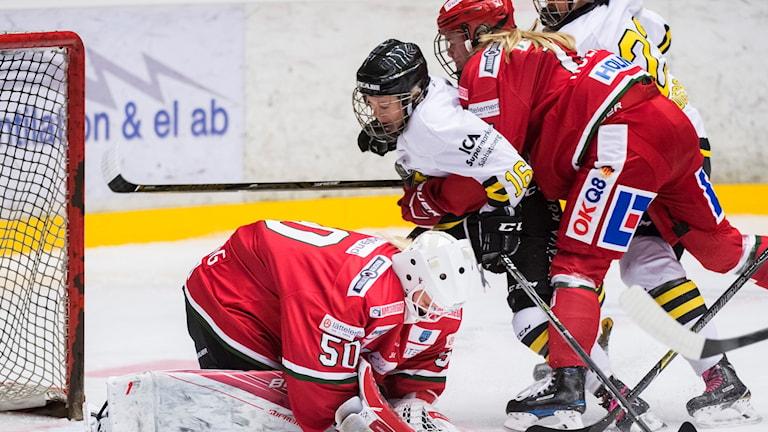 AIKs Lisa Johansson stör framför Modos målvakt Emma Söderberg under matchen i SDHL mellan Modo och AIK den 15 oktober 2017 i Örnsköldsvik.