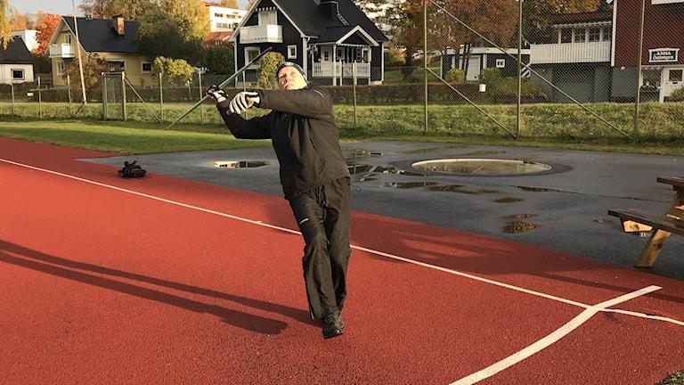 Erik Sjödin kastar iväg ett spjut.