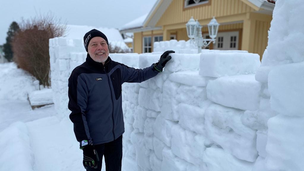 Winn Björklund i Sundsvall framför sin snöborg.