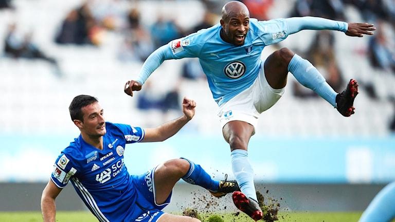 Sundsvalls Oliver Berg glidtacklat Malmös Fouad Bachirou under söndagens allsvenska fotbollsmatch mellan Malmö FF och GIF Sundsvall på Malmö Stadion.