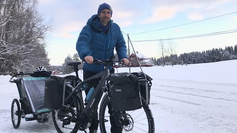 Sören cyklar genom vintersverige. Foto: Anders Wikström/SR