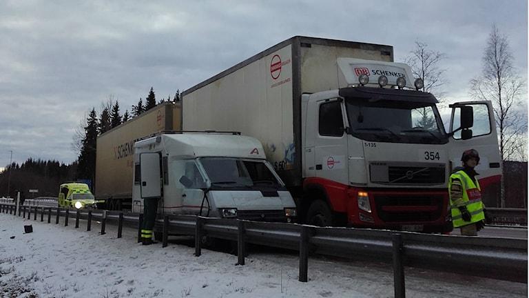 Lastbilen och husbilen kilades fast i norrgående körfält.