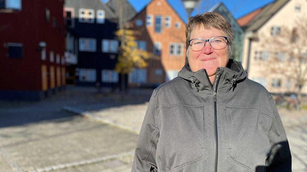 Gunilla Olofsdotter som är projektledare i projektet står framför Mittuniversitetets byggnader.