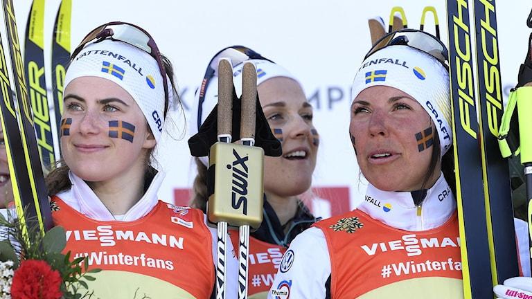 Ebba Andersson och Charlotte Kalla står på prispallen efter Skid-VM 2019.