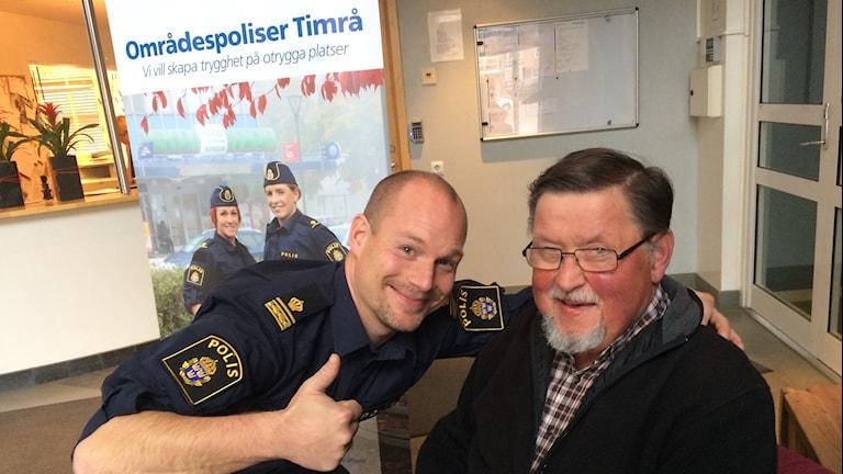 Andreas Zehlin gruppchef för områdespoliserna träffar timråbon Lennart Andersson