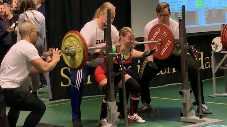 Linnéa Forslund lyfter 105,5 kg i knäböj under Ungdoms-SM i Örebro 14 februari 2020. Foto: Privat