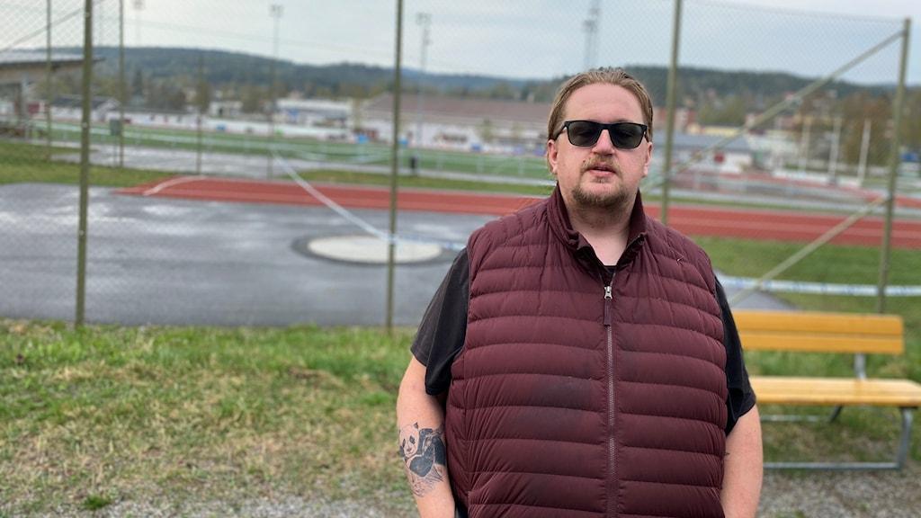 Vittnet Tony Panda står utanför avspärrningen vid idrottsplatsen i Kramfors. Foto: Anton Kårén/Sveriges Radio