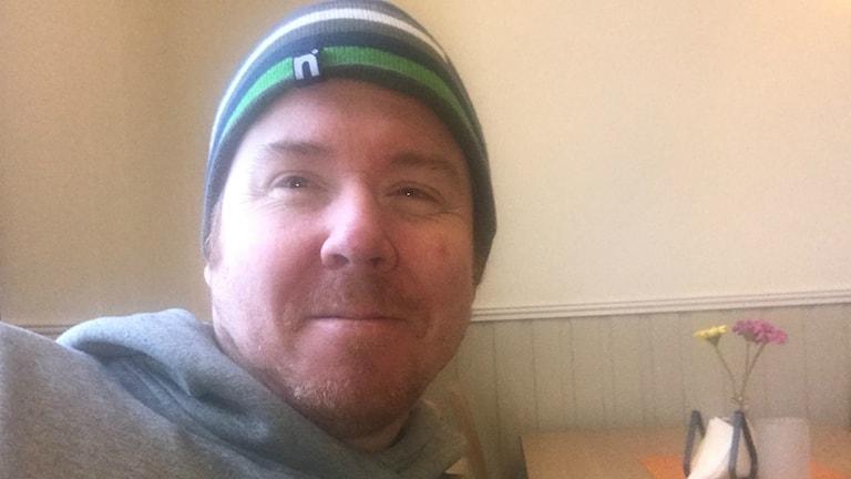 Magnus Engqvist sitter i ett fikarum och har tagit en selfie. Foto: Privat