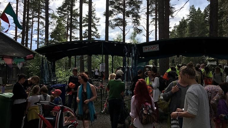 Besökare utanför entrén till Urkult i Näsåker.