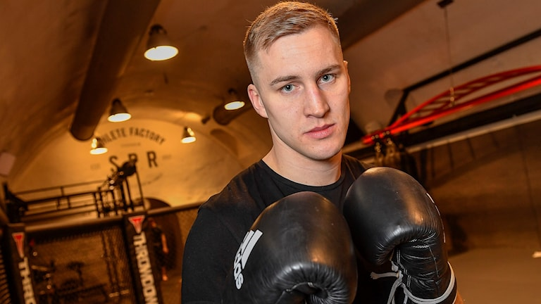 Proffsboxaren Otto Wallin håller upp boxningshandskarna i en träningslokal. Foto: Jonas Ekströmer/TT