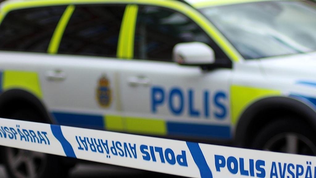 Polisens avspärrningsband med en polisbil i bakgrunden. Foto: Ann-Charlotte Carlsson/Sveriges Radio