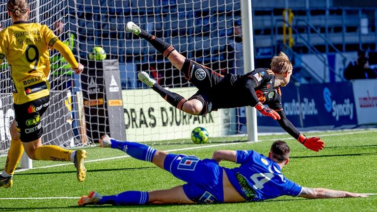 Sundsvalls målvakt William Eskelinen når inte Elfsborgs Pawel Cibickis skott till 3-1 under söndagens fotbollsmatch i Allsvenskan mellan IF Elfsborg och GIF Sundsvall på Borås Arena.