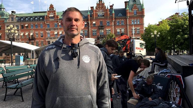 Thomas Löf, föreningsansvarig för KFUM Sundsvall basket, står på Stora Torget i Sundsvall och förbered inför basketveckan.