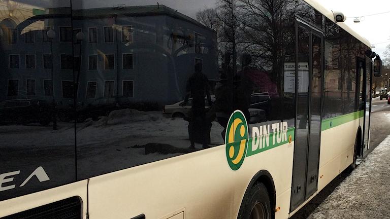 Linjebuss vid hållplats Rådhuset i Härnösand. Foto: Ulla Öhman/Sveriges Radio